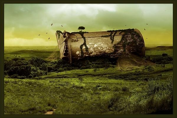 Papelera gigante tirada en el campo