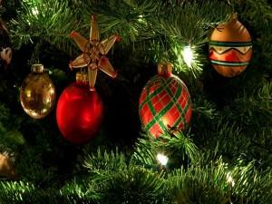 Adornos y lucecitas en el árbol de Navidad