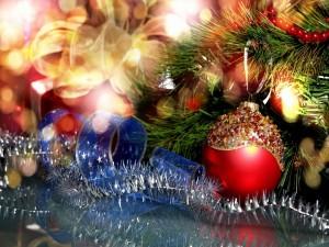Pino de Navidad decorado con bolas y lazos