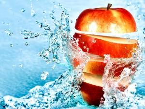 Manzana cortada en el agua