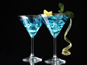 Cócteles azules con menta y fruta