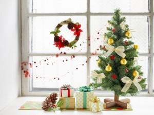 Postal: Regalos al pie del árbol de Navidad
