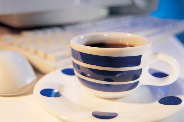 Un café junto al ordenador