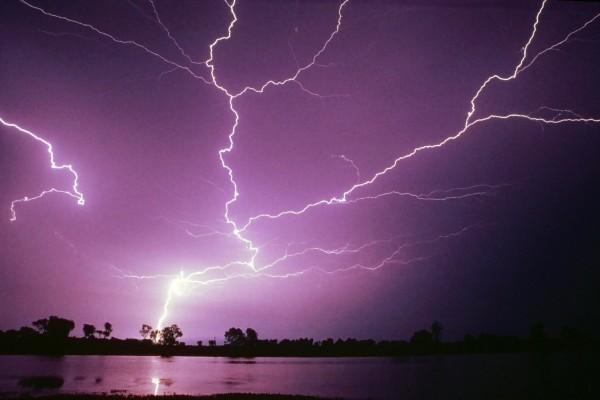 Descargas eléctricas iluminando el cielo nocturno