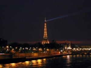 La Torre Eiffel de noche (París)