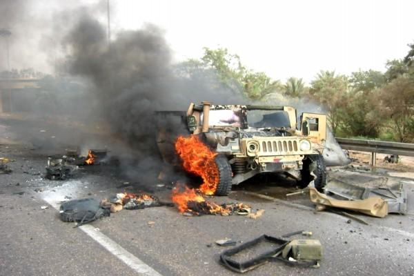 Jeep del ejército en llamas