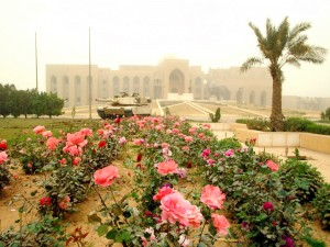Postal: Tanque americano frente a un palacio de Saddam Hussein