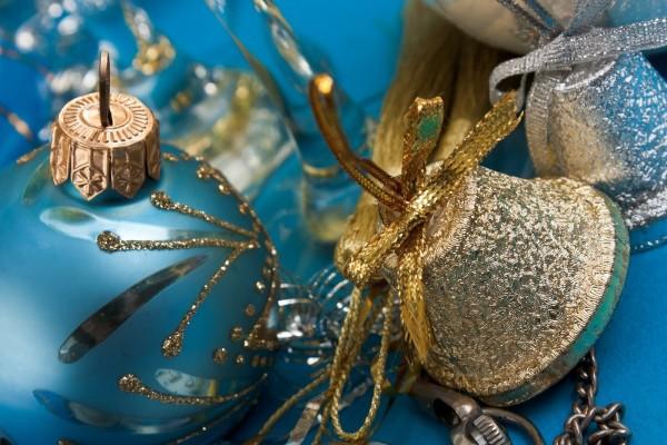 Bolas y campanillas de Navidad