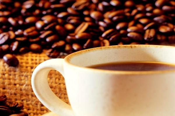 Una taza de café recién hecho