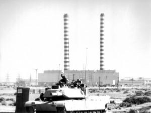Postal: Tanques americanos cerca de las fábricas, en Irak