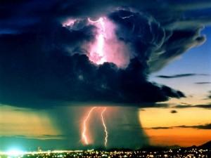 Enormes nubes negras descargando rayos sobre la ciudad