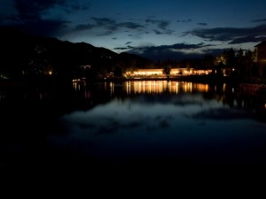 Postal: Fiesta nocturna a orillas de un lago