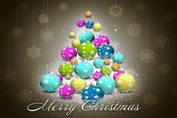 Árbol de Navidad hecho con bolas de colores