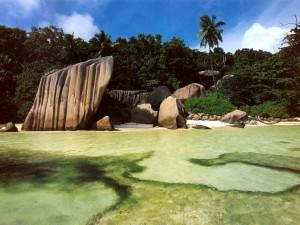 Postal: Grandes rocas en la playa