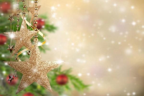Estrellas doradas colgadas del árbol de Navidad