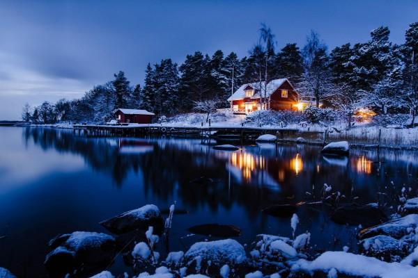 Cabañas a la orilla de un lago en Norrvreta (Estocolmo, Suecia)
