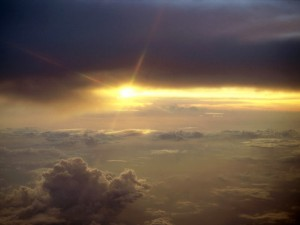 La luz del sol sobre las nubes