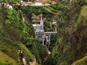 Postal: El Santuario de Las Lajas (Colombia) ubicado entre dos montañas