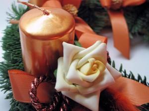 Postal: Rosa y vela en una decoración navideña