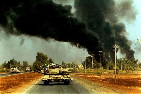 Tanques avanzando por las carreteras en la Guerra de Irak