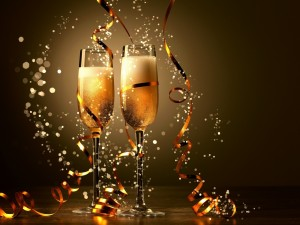 Dos copas de champán y cintas doradas