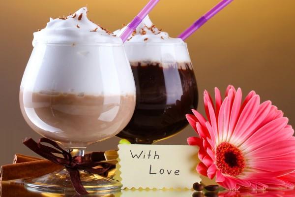 Dos cócteles de café en copas, con una flor y mucho amor