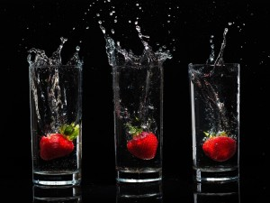 Postal: Fresas dentro de vasos de agua