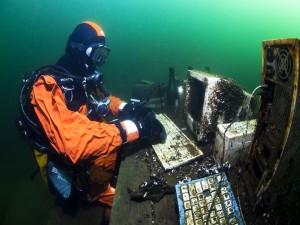 Postal: Trabajo de oficina en el fondo del mar