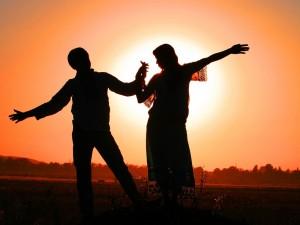 Postal: Bailando en la puesta del sol