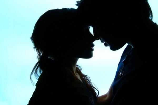 Pareja a punto de besarse