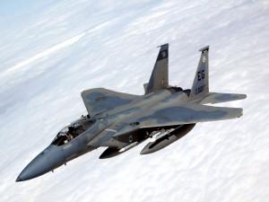 Un F-15 sobre las nubes