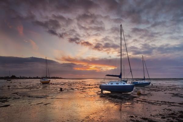 Veleros en el Estuario de Blackwater, en Heybridge (Essex, Inglaterra)