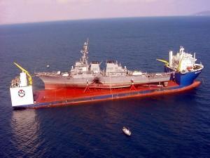 El Blue Martin transportando el destructor USS Cole