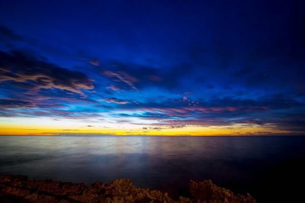 Cielo azul y amarillo sobre el mar