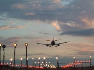 Postal: Avión de pasajeros sobrevolando el Aeropuerto de Bruselas