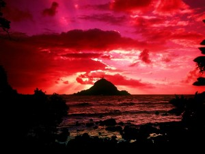 Postal: Una isla bajo un cielo rojo