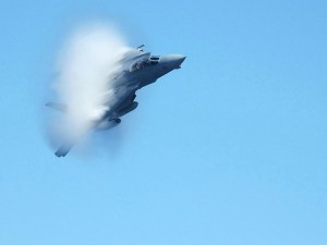 F-14 rompiendo la barrera del sonido