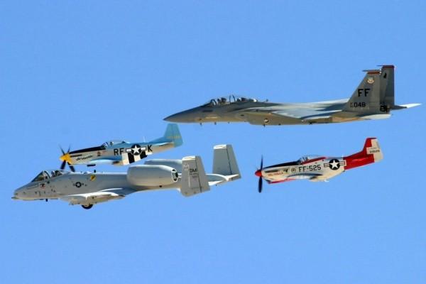Aviones muy diferentes volando juntos