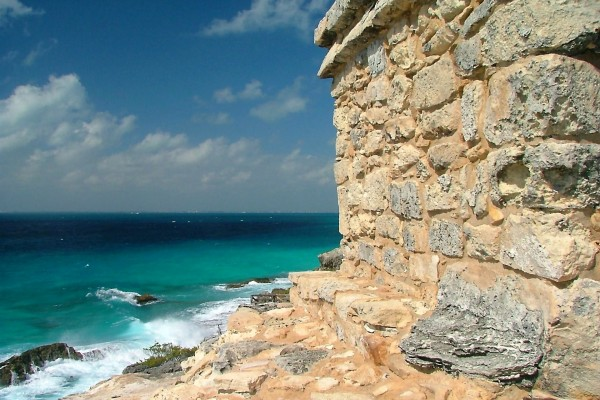 Casa de piedra a la orilla del mar