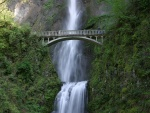 Puente junto a una cascada
