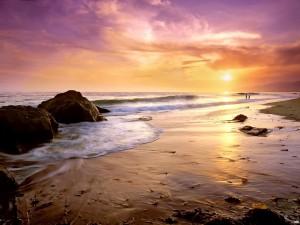 Una playa al atardecer