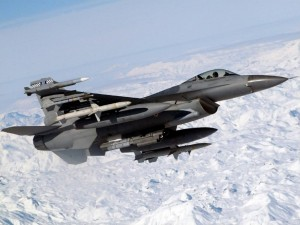 Un F-16 Fighting Falcon sobrevolando una zona helada