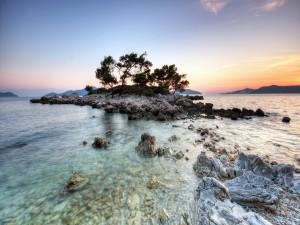 Postal: Pequeña isla rocosa
