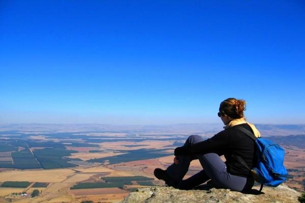 Montañista disfrutando del paisaje