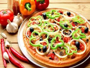 Pizza con cebolla, pimiento y aceitunas