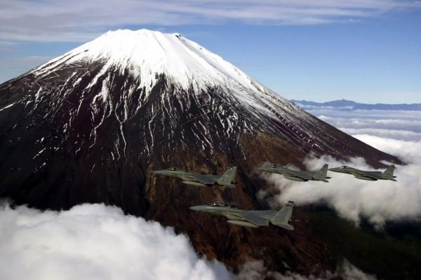 Aviones de combate sobrevolando un volcán