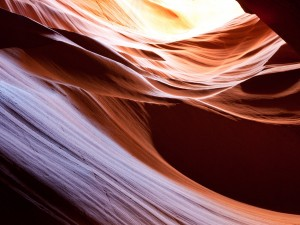 Luz sobre la roca en el Cañón del Antílope (Arizona)