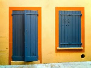 Postal: Puerta y ventana azules
