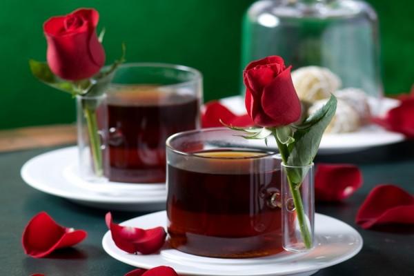 Dos tazas de té con una rosa