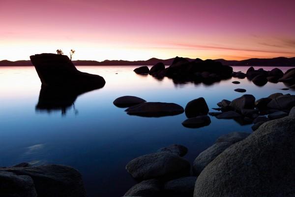 Atardecer en un lago de Nevada (Estados Unidos)